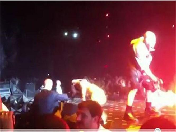 Lady Gaga sahnede yine yere kapaklandı